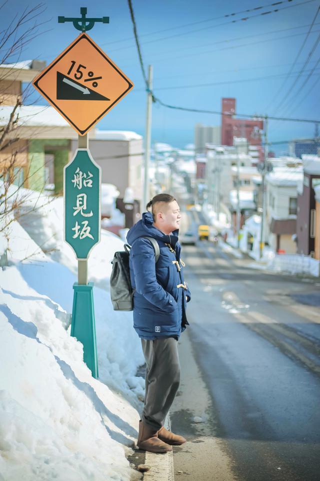 日本的海滨小城,有条延伸向海的陡坡路,为何吸引众多游客去打卡