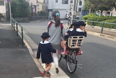 日本公立和私立学校的年间花销