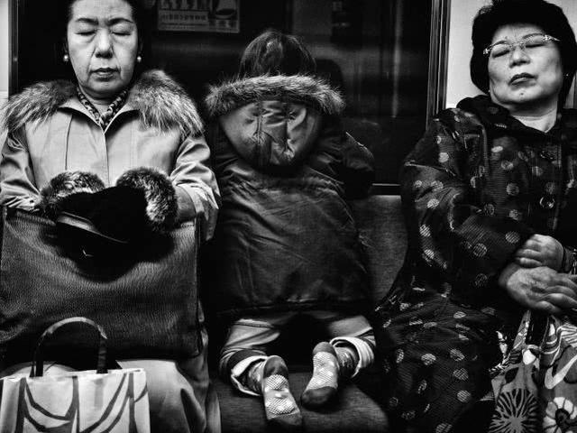 摄影师镜头下的日本地铁乘客,疲惫的样子让人沉思