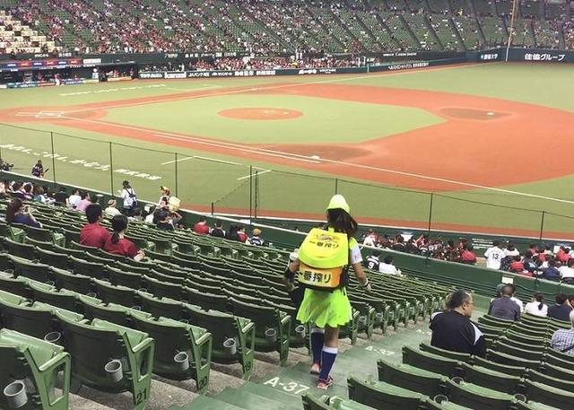 日本棒球场的粉红焦点!笑容甜美还要体力好的啤酒妹