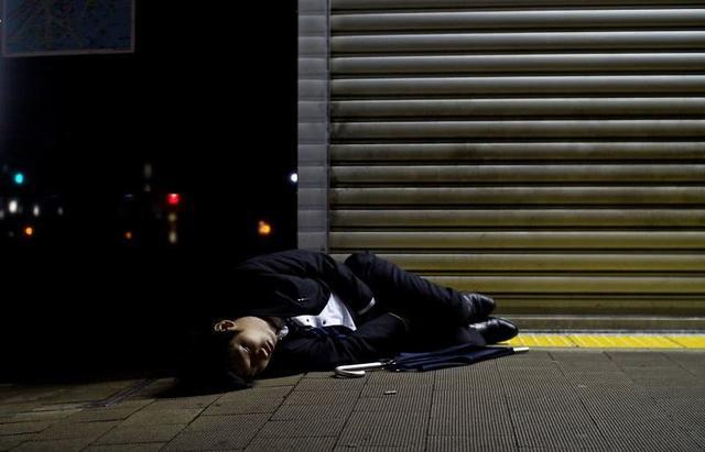 真实的日本上班族日常,累到晕倒在街头、吐血……