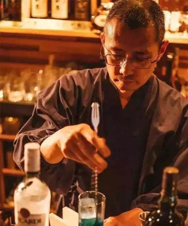 日本和尚的硬核人生:人生实苦,不如娶妻生子开酒吧