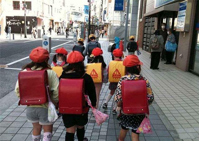 日本小学生的书包里有什么?书只占一部分,有的东西中国学生没有