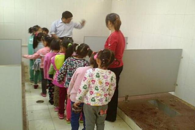 日本学校厕所这么干净,为何孩子也憋回家上厕所?原因让家长深思